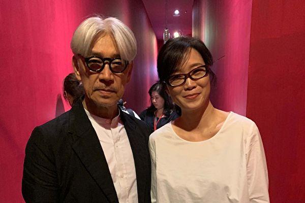 台湾音乐艺术家雷光夏(右),日前先获邀主持《坂本龙一:终章》映后座谈会,与心目中偶像大师坂本龙一(左)相见欢。