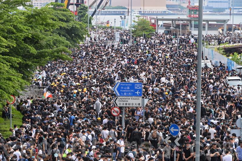 2019年6月12日,大批反修例的香港市民包围立法会大楼和占据街道示威,抗议《逃犯条例》修订草案。(宋碧龙/足球竞猜)