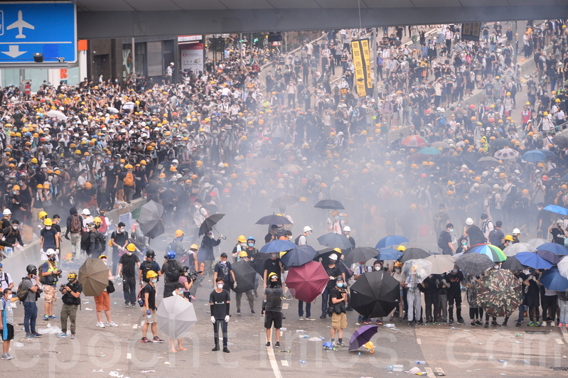 """2019年6月12日,香港""""反送中""""示威冲突升高,警方下午在立法会旁对示威者施放至少10枚催泪瓦斯和多次射击橡胶弹,造成多人受伤。(宋碧龙/足球竞猜)"""