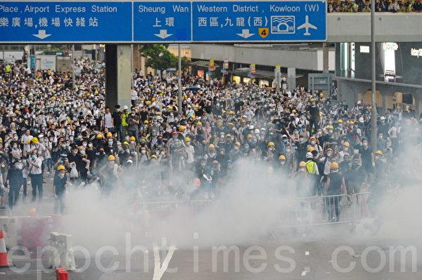 港警催泪弹、橡胶子弹镇压 多人受伤