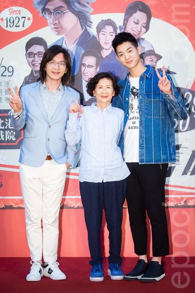 (左起)歌手林隆璇、媽媽、兒子林亭翰