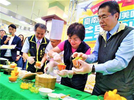 黄伟哲(右)与台中市副市长杨琼璎(中)一起制作芒果甜饭及芒果三明治。