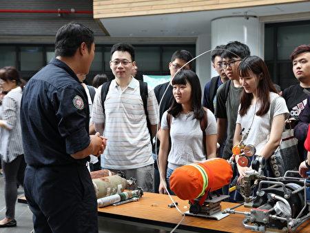 學生體驗個人防護裝備