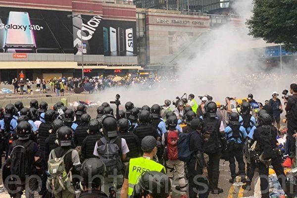 港人反送中引起全世界的關注,大陸媒體舊隻字不提圖為警方在海富巴士總站施放催淚彈。(李逸/大紀元)