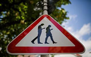 悉尼市步行者過街 三成人似「手機殭屍」