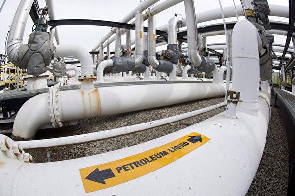 6月27日,卑省省長賀謹(John Horgan)與亞省省長肯尼(Jason Kenney)在埃德蒙頓舉行的西部省長會議上,就跨山油管擴建計劃問題進行協商。(加通社)