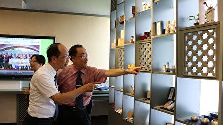 校長林明芳(右)為嘉友電子董事長孔德偉介紹雷雕。
