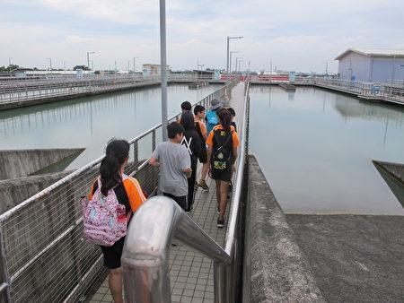 學生實際參觀淨水廠的淨水過程。