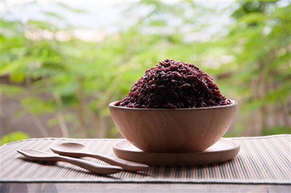 肝气虚、肝阳上亢、肝血不足的人,要多吃黑色食品以补养肾脏和肝血。(Fotolia)