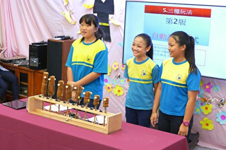 左起黃詩渟、葉佳妤及王思涵,以英文發表即將在10月前往印尼參加IEYI世界青少年發明展的作品「竹魚編鐘(搖頭晃腦)」。