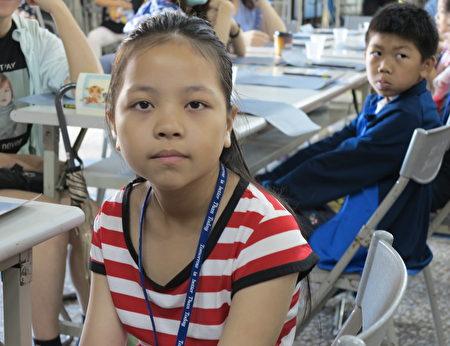 四年級的陳爰媛在觀賞了《悠遊字在》影片後表示,她看到甲骨文變化的趣味,還看到外國人把中國漢字刺在身上,我們更要珍惜它們。