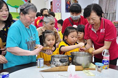 愛的傳承,小朋友向長輩學習包粽子