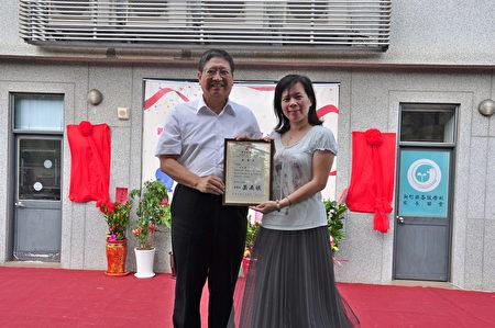 新竹縣長楊文科(左)頒發感謝狀給退休教師陳如慧(右),感謝她捐款贊助辦公設備