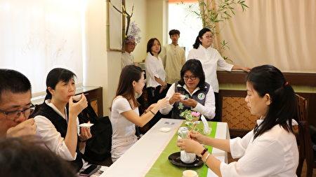 大同技術學院傑出校友本次代表民進黨參加立委角逐的王美惠議員(右2)也回母校茶敍。