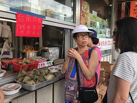 来买粽子的顾客络绎不绝。