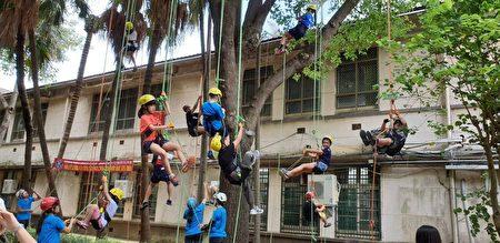 新竹国小百年老树挂满小孩。