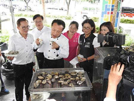 """嘉义县长翁章梁(左3)在""""2019东石海之夏""""记者会现场,现烤鲜蚵,大快朵颐。"""