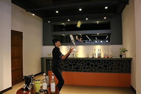 茶文創生活形象館內學生精彩的花式調酒表演。