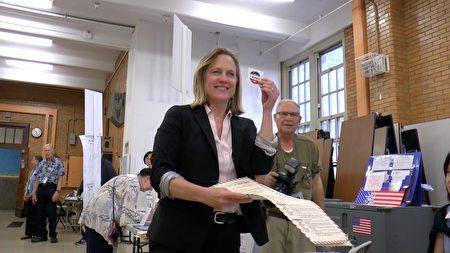 皇后區區長凱茲(Melinda Katz)競選皇后區地區檢察官,圖為她在投票。