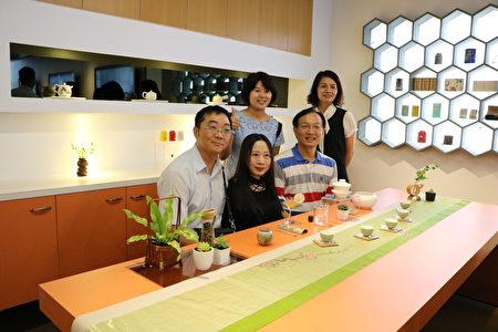 時尚造型設計系系主任蔡閎任博士(1排右)與貴賓在茶席合照。