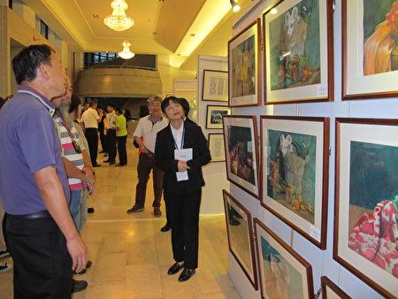 美術科同學為民眾導覽作品。