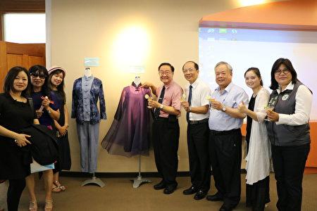 校長林明芳(右5)特別為時尚造型設計系茶服展示作介紹。
