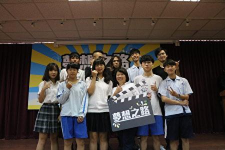表演同學、指導老師與市長黃敏惠合照。
