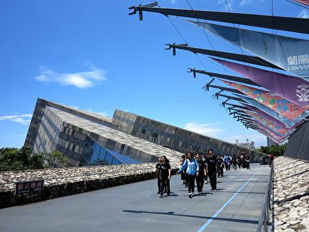 兰阳博物馆入门处,彷若一大面倾斜的石墙。