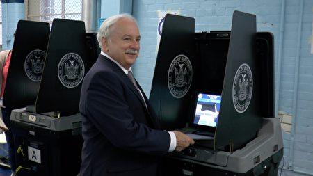 資深法官、民主黨溫和派拉薩克(Greg Lasak)競選皇后區地區檢察官失利,圖為他在投票站接受新唐人電視台採訪。