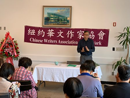 法拉盛图书馆副馆长邱辛晔指出,写文章不同于口语,且如果有古汉语的基础,能把现代散文写得更好。