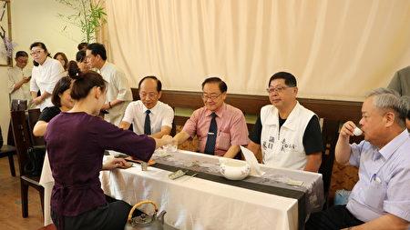 上午9時30分於茶藝教室舉辦六月白茶會,司茶人為貴賓泡茶。