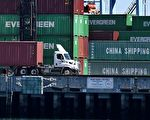 经济学家普遍预测,相较于美国,中国经济将因为美国的高额关税受到更大打击。(Mark Ralston/AFP/Getty Images)