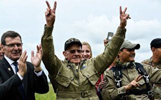 二战老兵就是汤姆·赖斯(Tom Rice)在着地后比出胜利手势。(Ludovic Marin/AFP/Getty Images)
