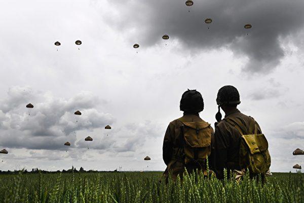 2019年6月5日,诺曼底登陆75周年纪念活动期间,法国和英国空军在法国西北部表演跳伞。(FRED TANNEAU/AFP/Getty Images)