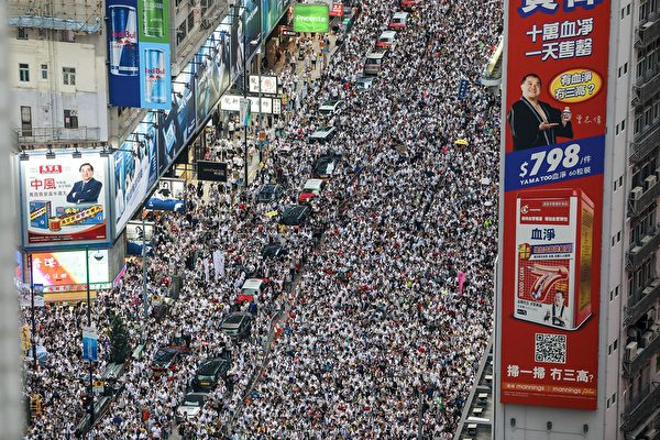Protesters march during a rally against a controversial extradition law proposal in Hong Kong on June 9, 2019. - Huge protest crowds thronged Hong Kong on June 9 as anger swells over plans to allow extraditions to China, a proposal that has sparked the biggest public backlash against the city's pro-Beijing leadership in years. (Photo by DALE DE LA REY / AFP) (Photo credit should read