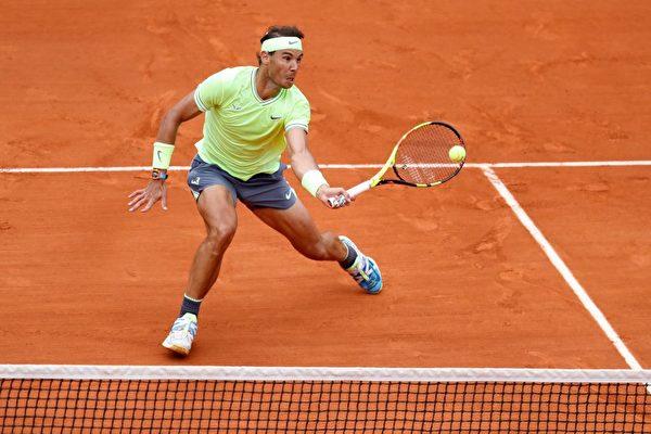 拉斐尔·纳达尔周日对战奥地利球手多米尼克·蒂姆胜出,夺下今年法国网球公开赛男子单打冠军。(Thomas Samson/AFP/Getty Images)