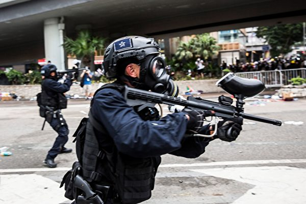 Police fire non-lethal projectiles during violent clashes against protesters in Hong Kong on June 12, 2019. - Violent clashes broke out in Hong Kong on June 12 as police tried to stop protesters storming the city's parliament, while tens of thousands of people blocked key arteries in a show of strength against government plans to allow extraditions to China. (Photo by ISAAC LAWRENCE / AFP) (Photo credit should read