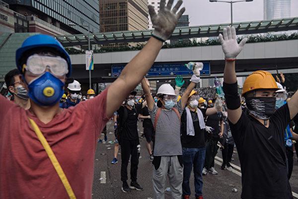 防中共搜集个资 香港人着全副武装上街抗议