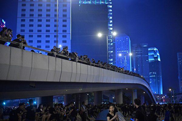 抗议人群不仅未散去,而且依然大声疾呼撤回恶法、要求香港特首林郑月娥下台。(ANTHONY WALLACE/AFP/Getty Images)