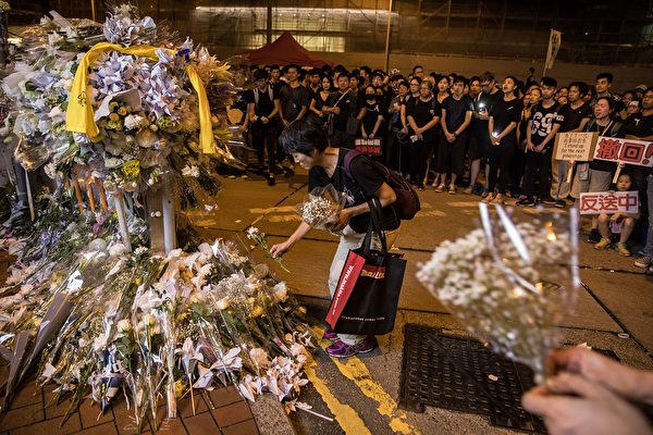 香港民眾聚在一起悼念6月15日在金鐘太古廣場、疑因情緒激動發生意外墜下的男子。(DALE DE LA REY/AFP/Getty Images)