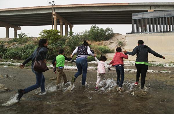 中美洲非法移民試圖越過美墨邊境進入德州。