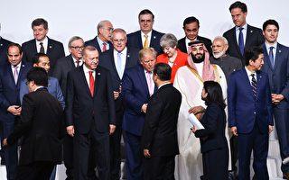 6月28日,川普(特朗普)總統與習近平在G20峰會大合照上握手。