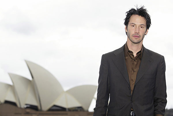 "SYDNEY - NOVEMBER 2: Actor Keanu Reeves poses with the Sydney Opera House as a backdrop after a press conference for the Australian premiere of the movie 'The Matrix Revolutions"" November 2, 2003 in Sydney, Australia. (Photo by Matt King/Getty Images)"