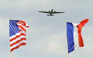 今年是二戰諾曼第登陸戰役75週年,週三(6月5日)Dask over Normandy行動計畫將集結運輸飛機飛越當年的主要登陸地點,並且空投下一批身穿當時軍裝的傘兵。(Jean-Francois Monier/AFP/Getty Images)