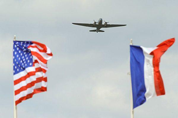 今年是二战诺曼第登陆战役75周年,周三(6月5日)Dask over Normandy行动计划将集结运输飞机飞越当年的主要登陆地点,并且空投下一批身穿当时军装的伞兵。(Jean-Francois Monier/AFP/Getty Images)