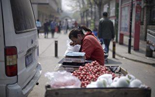 北京街头等待客户上门的樱桃小贩。
