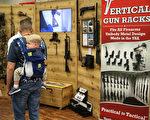 一對父子參加NRA全國步槍協會於德州達拉斯的槍展。(LOREN ELLIOTT/AFP/Getty Images)