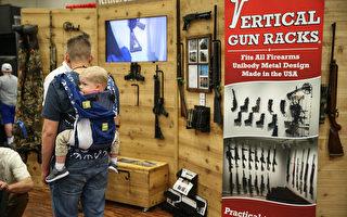 一对父子参加NRA全国步枪协会于德州达拉斯的枪展。(LOREN ELLIOTT/AFP/Getty Images)