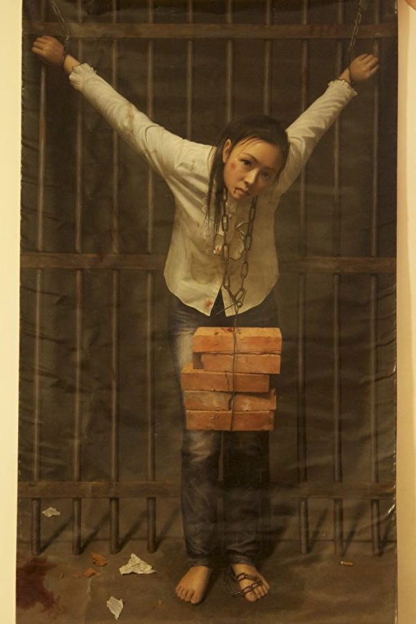 """来自中国的画家清心以画作《迫害中的坚定》并列第三届""""全世界华人人物写实油画大赛""""金奖。(新唐人电视台提供)"""