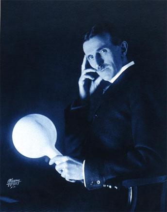 美國發明家特斯拉,手持通過電磁場點亮的電燈泡。(公有領域)